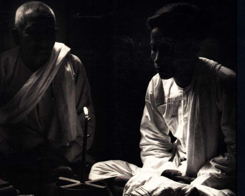 étudiants et maître de méditation pratiquant le theravada tantrique ésotérique avec bougie pour la concentration