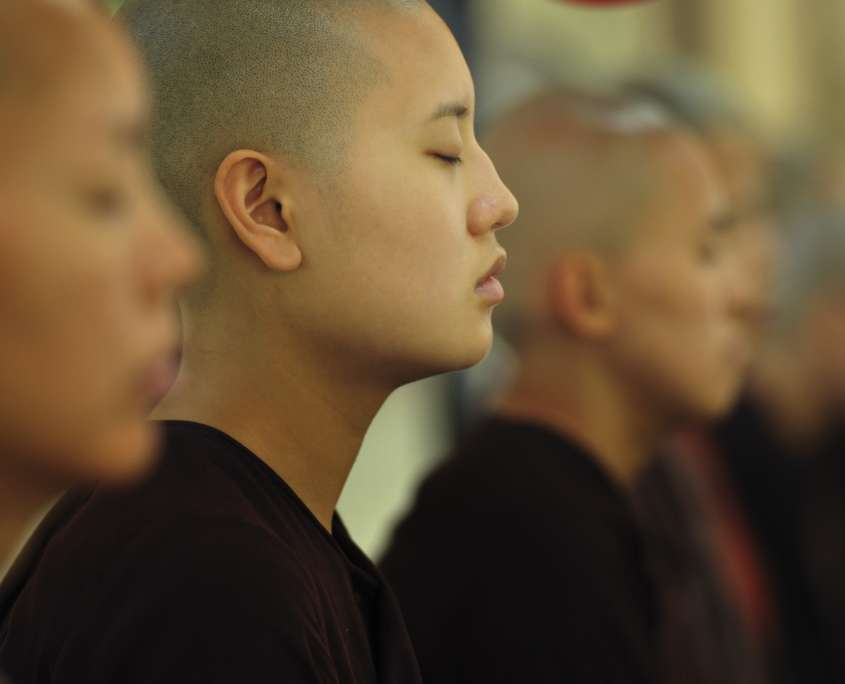 theravada buddhist nuns meditating practicing authenthic mindfulness meditation scaled